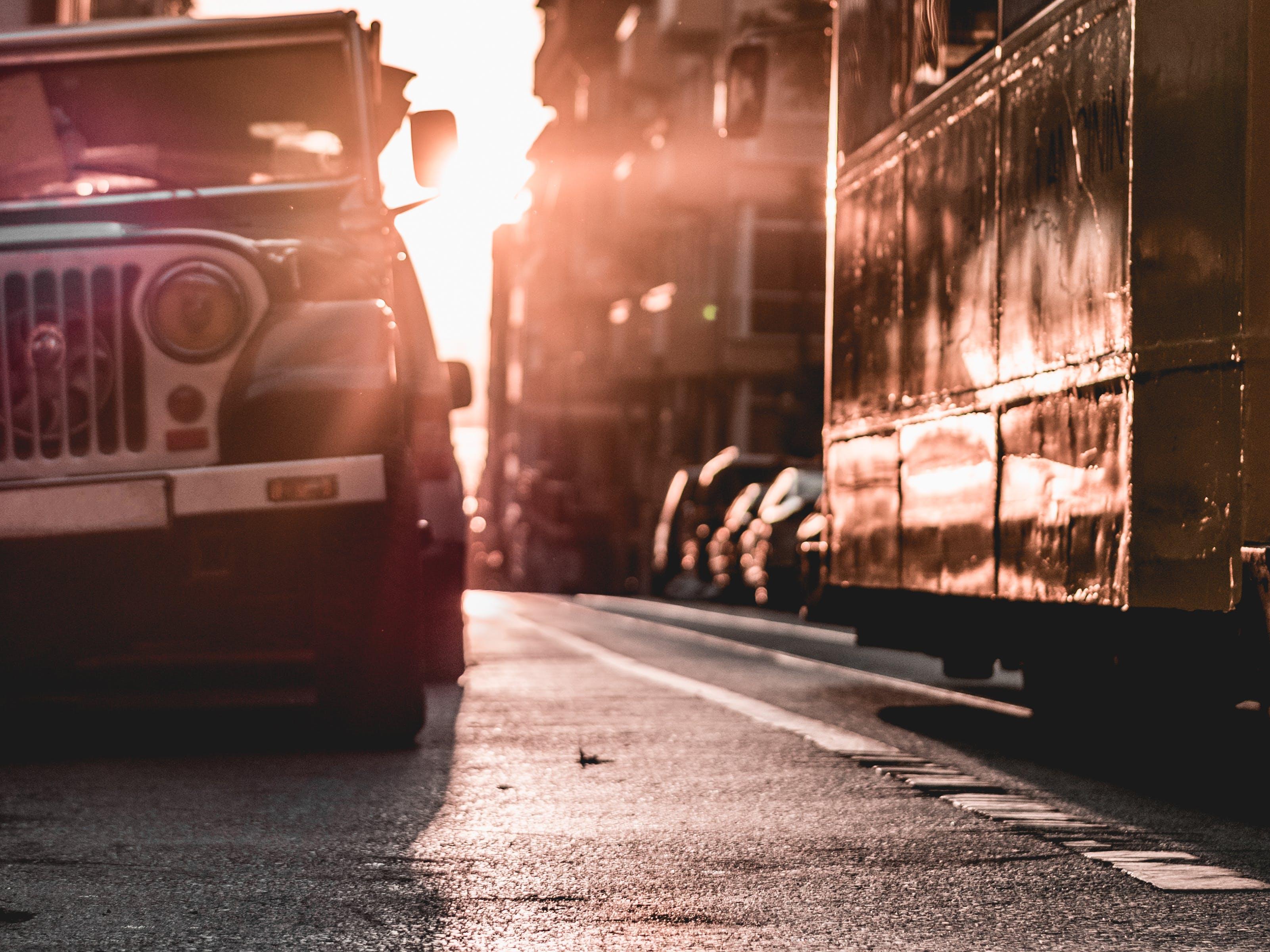 Základová fotografie zdarma na téma auto, budovy, město, ostření
