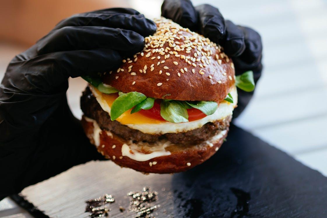Pessoa Segurando Hambúrguer
