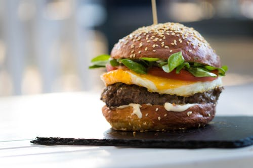 Ilmainen kuvapankkikuva tunnisteilla ateria, burgeri, hampurilainen, herkullista