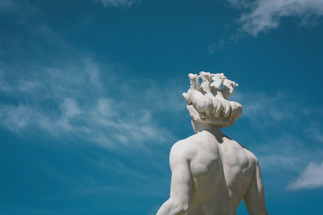 Statua Umana Sotto Il Cielo Sereno
