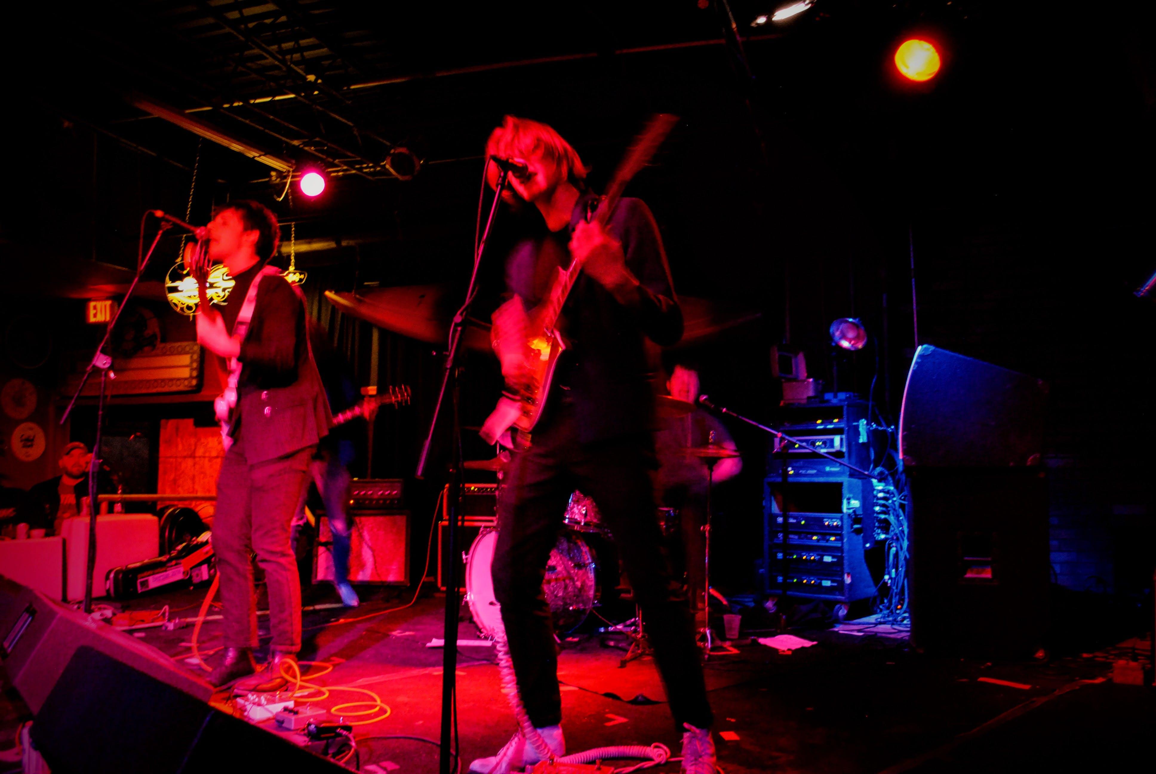 Kostenloses Stock Foto zu band, blauem hintergrund, live musik, rotlicht