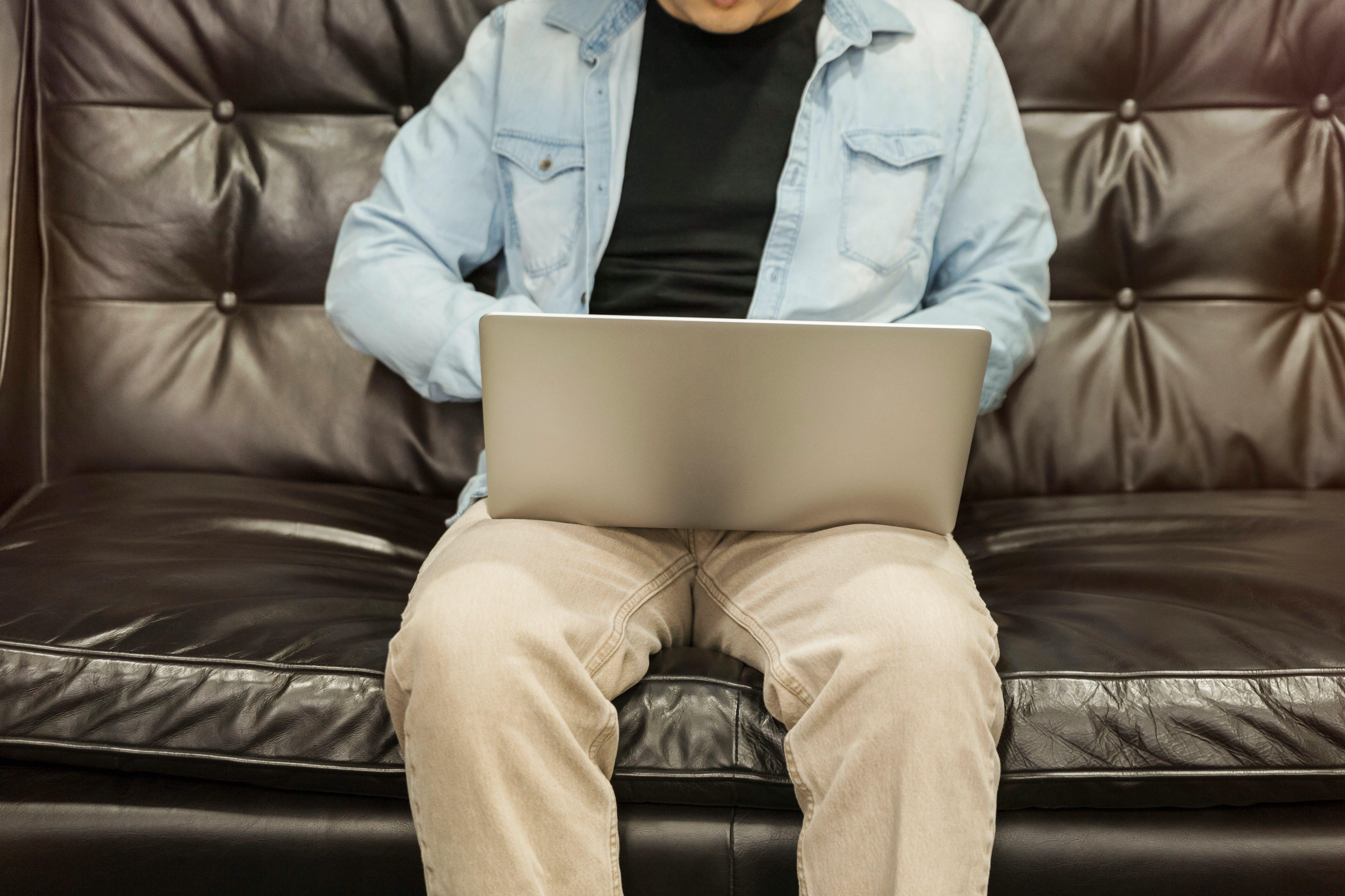 Gratis lagerfoto af afslapning, bærbar computer, cowboyjakke, digital nomade
