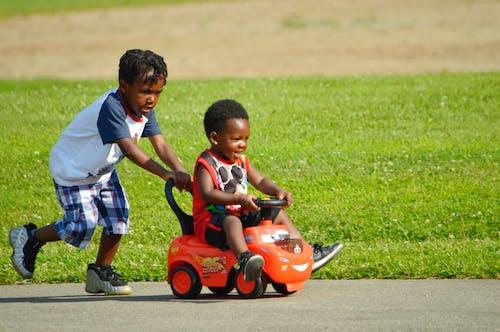 Darmowe zdjęcie z galerii z afroamerykanie dzieci, brązowy, brązowy oskórowany, bruk