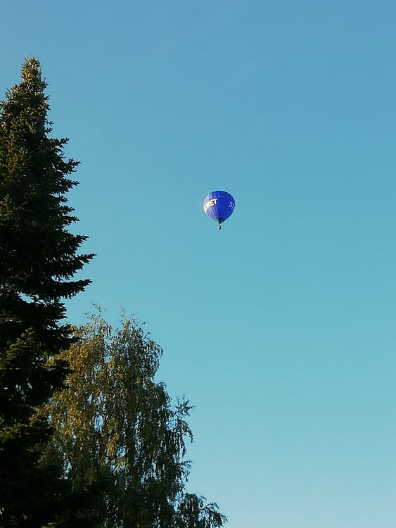 horkovzdušný balón, modrá obloha
