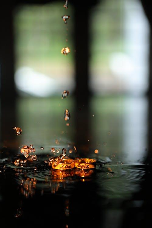 Foto d'estoc gratuïta de aigua, colors, daurat, degotant