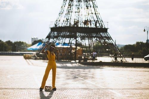 Безкоштовне стокове фото на тему «афро-американська жінка, будівля, вежа, Дівчина»
