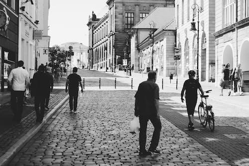 Foto d'estoc gratuïta de barri antic, bici, blanc i negre, caminant