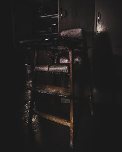 açık, iç mekan, iskemle, karanlık içeren Ücretsiz stok fotoğraf