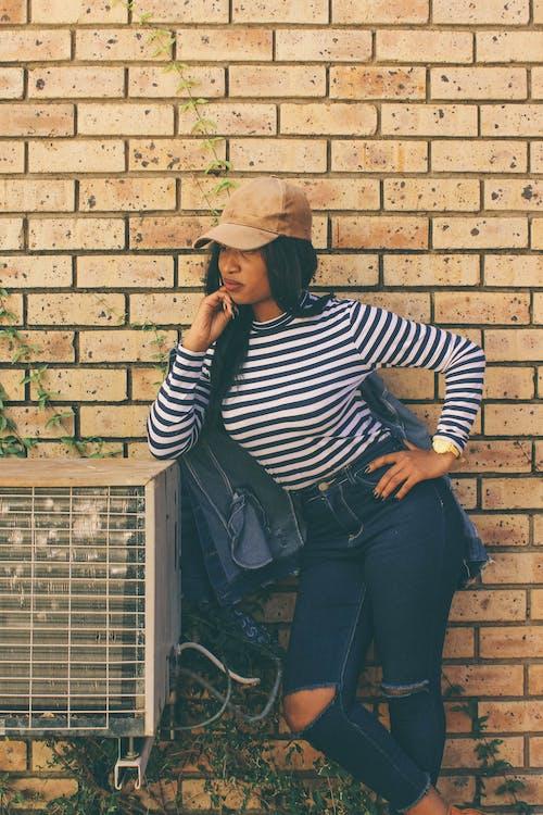 Бесплатное стоковое фото с женщина, кирпичи, кирпичная стена, мода