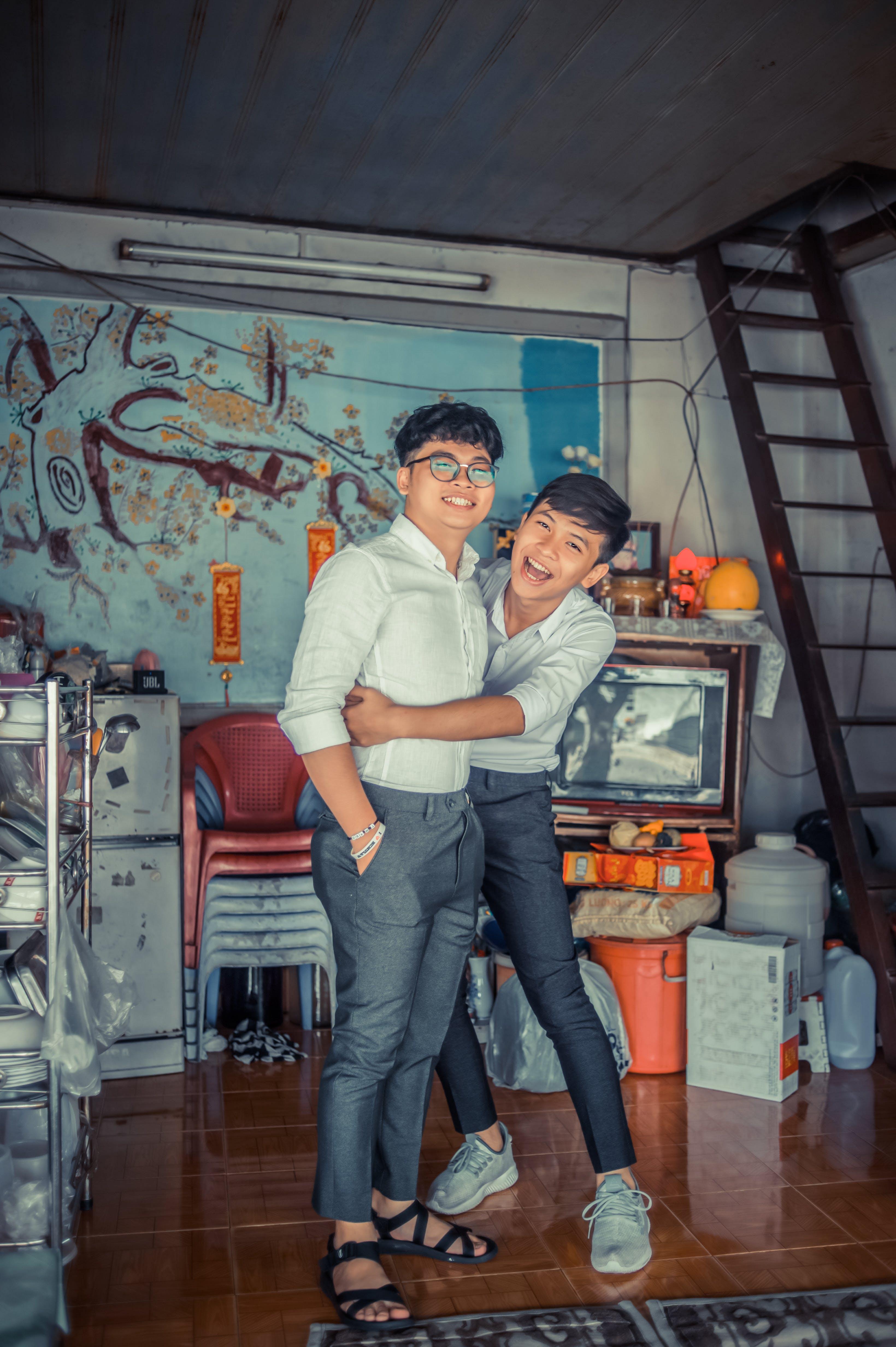 Gratis stockfoto met binnen, broeders, familie, glimlach