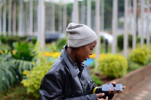 女人拿着智能手机的照片