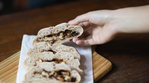 Kostenloses Stock Foto zu brot, essen, hand, köstlich