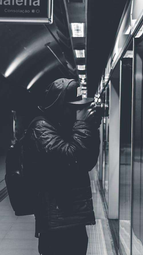 Základová fotografie zdarma na téma batoh, černobílá, dospělý, focení