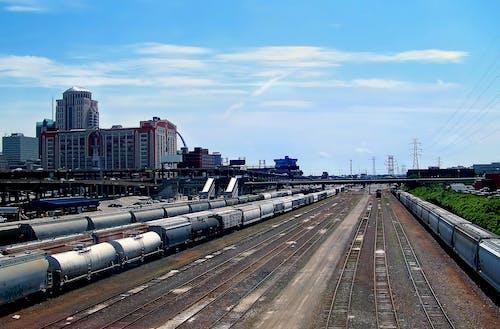 Δωρεάν στοκ φωτογραφιών με αποθήκη τρένων, αστικό τοπίο, γαλάζιος ουρανός, προπονούμαι