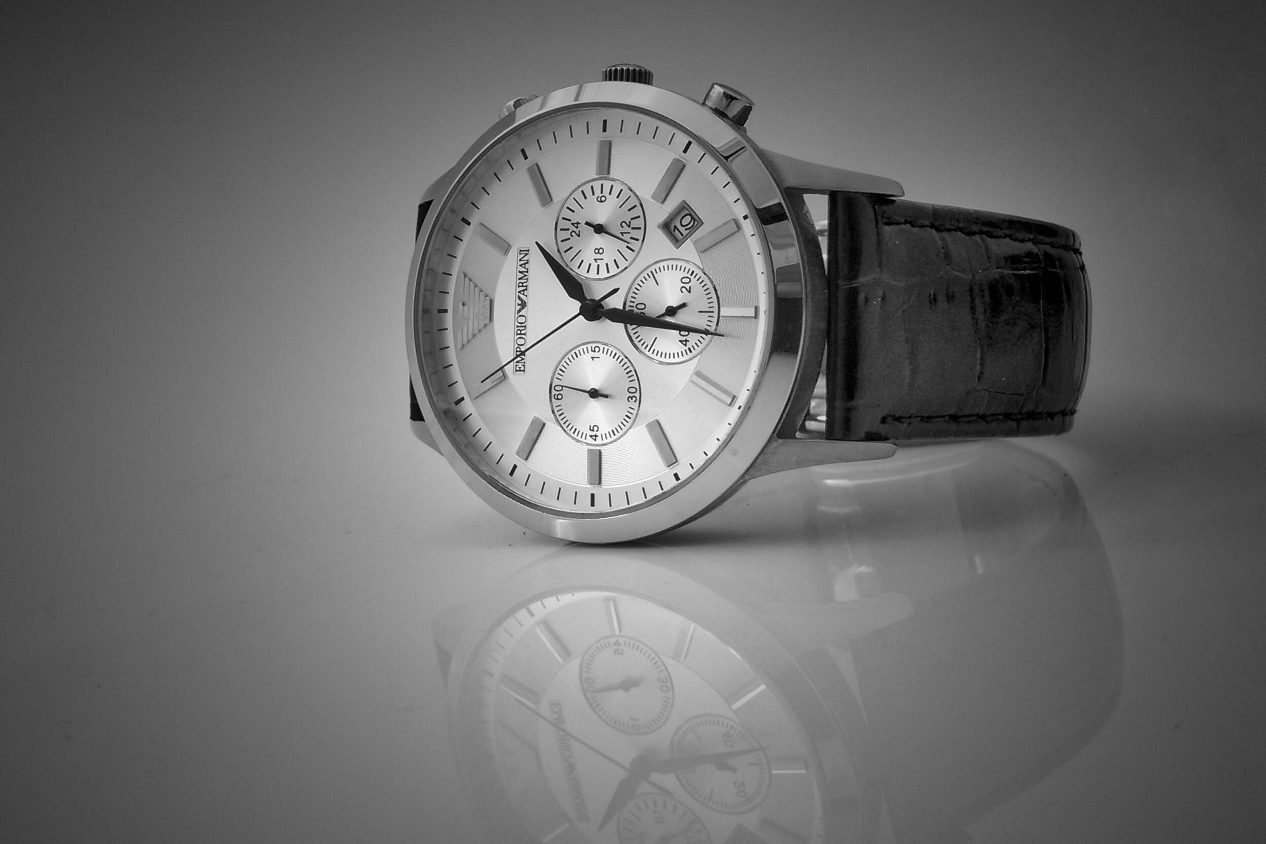 Kostenloses Stock Foto zu analoge uhr, armbanduhr, reflektierung, schwarz und weiß