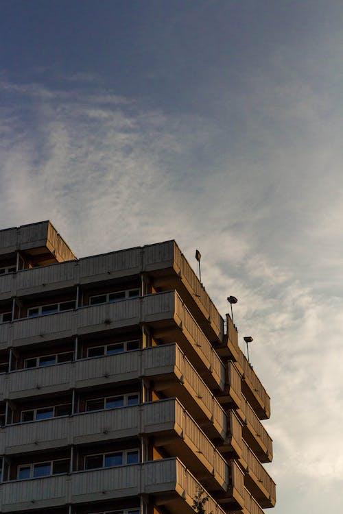 Foto d'estoc gratuïta de alt, apartaments, arquitectura, cel