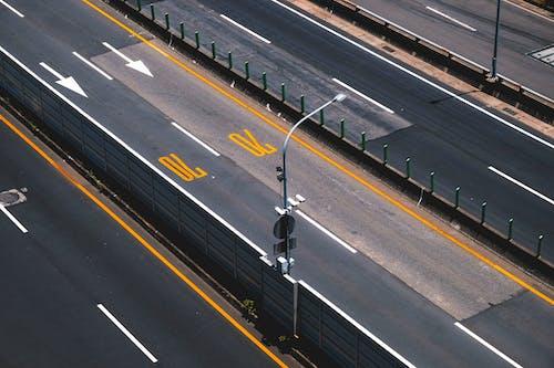 Základová fotografie zdarma na téma asfalt, dálnice, denní, pouliční osvětlení