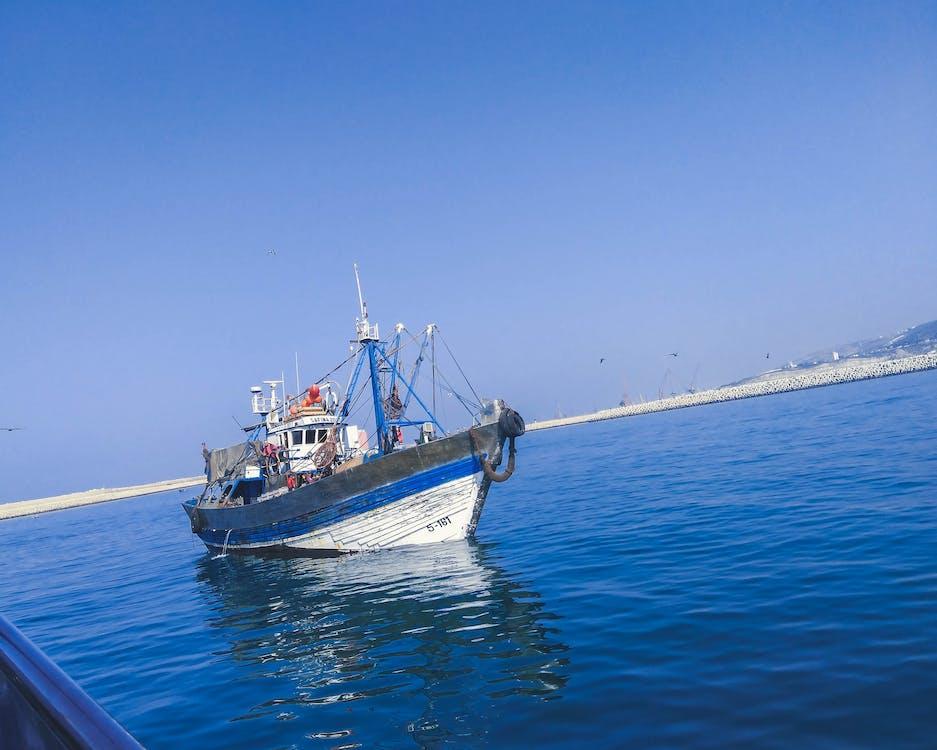 arrière-plan bleu, bateau, ciel bleu