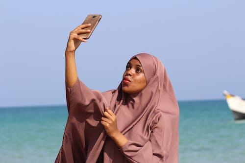 Foto profissional grátis de atraente, beleza, fotografando, hijab