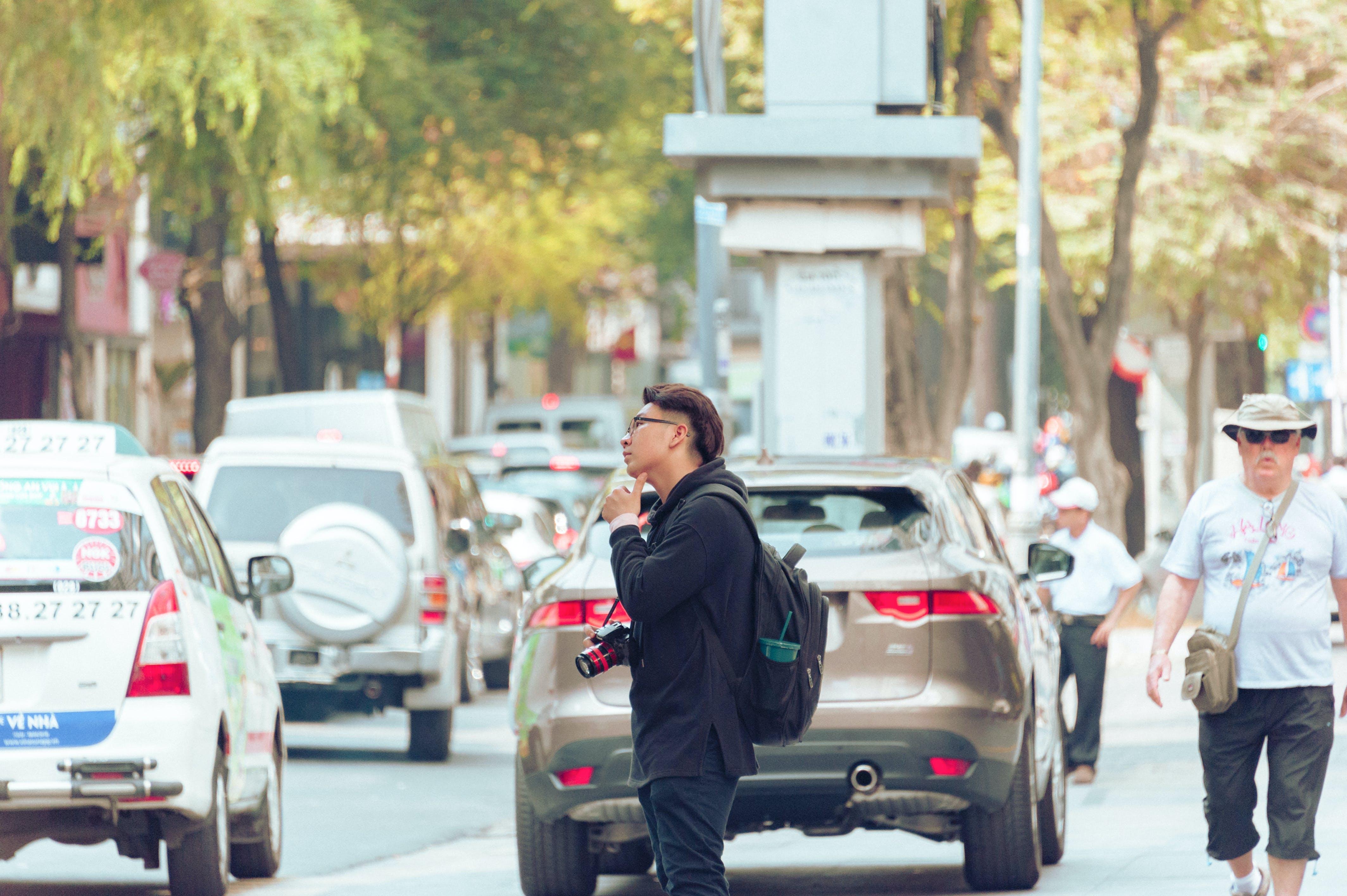 Foto profissional grátis de automóveis, cidade, estrada, homem
