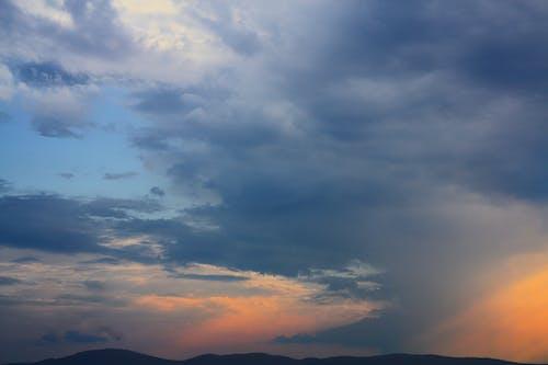 Gratis lagerfoto af atmosfære, bakke, bjerg, blå