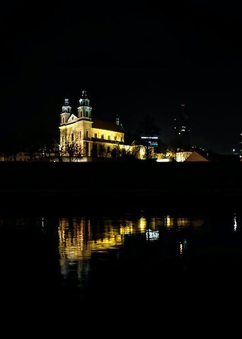 反射, 夜の街, 教会の建物の無料の写真素材