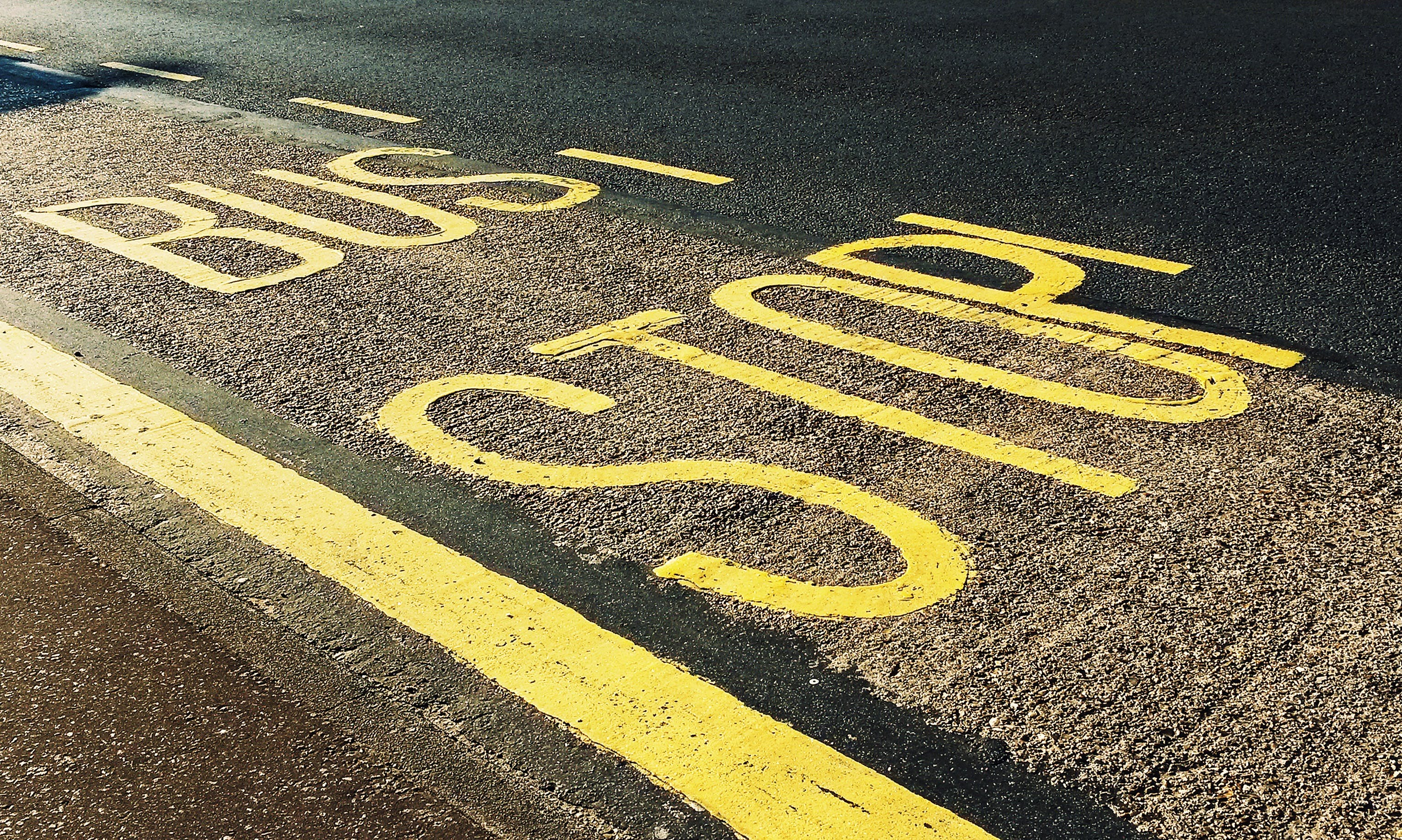 停, 停止標誌, 公車站, 小路 的 免费素材照片