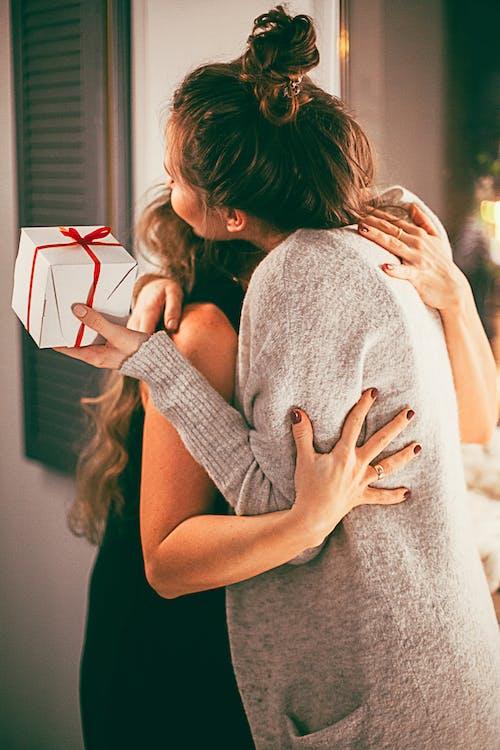 Foto profissional grátis de abraço, adultos, agradecido, apresentar