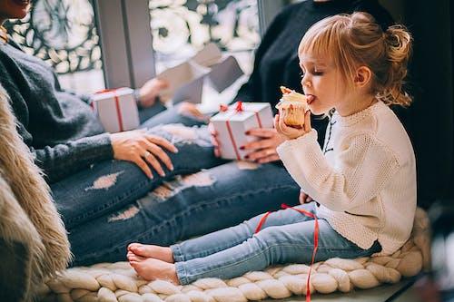 Ragazza Che Mangia Cupcake Mentre Era Seduto Accanto A Donna In Jeans Strappati Denim Blu