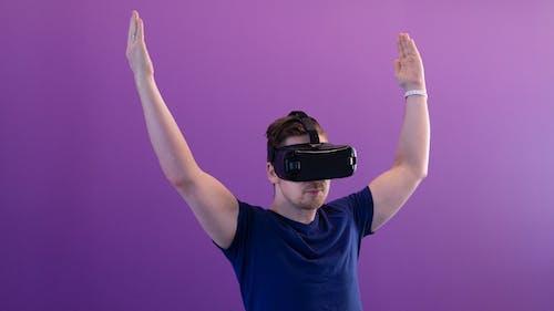 Foto d'estoc gratuïta de adult, casc de realitat virtual, casc rv, desgast