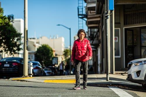 Asyalı, geçiş, Kadın, sokak içeren Ücretsiz stok fotoğraf