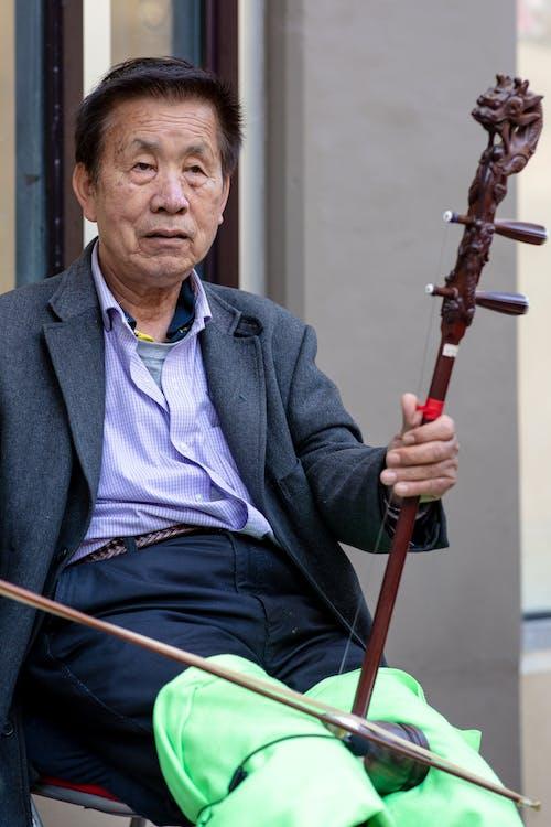 adam, asya enstrümanı, Asyalı, müzik aleti içeren Ücretsiz stok fotoğraf