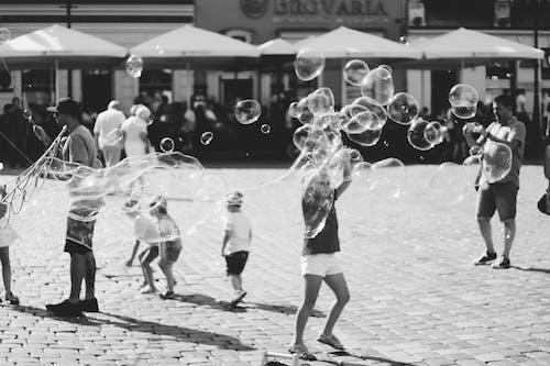 Darmowe zdjęcie z galerii z akcja, czarno-biały, dorosły, ludzie