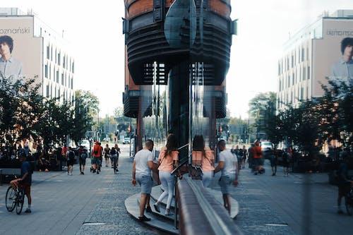 Darmowe zdjęcie z galerii z bruk, kroki, ludzie, odbicie