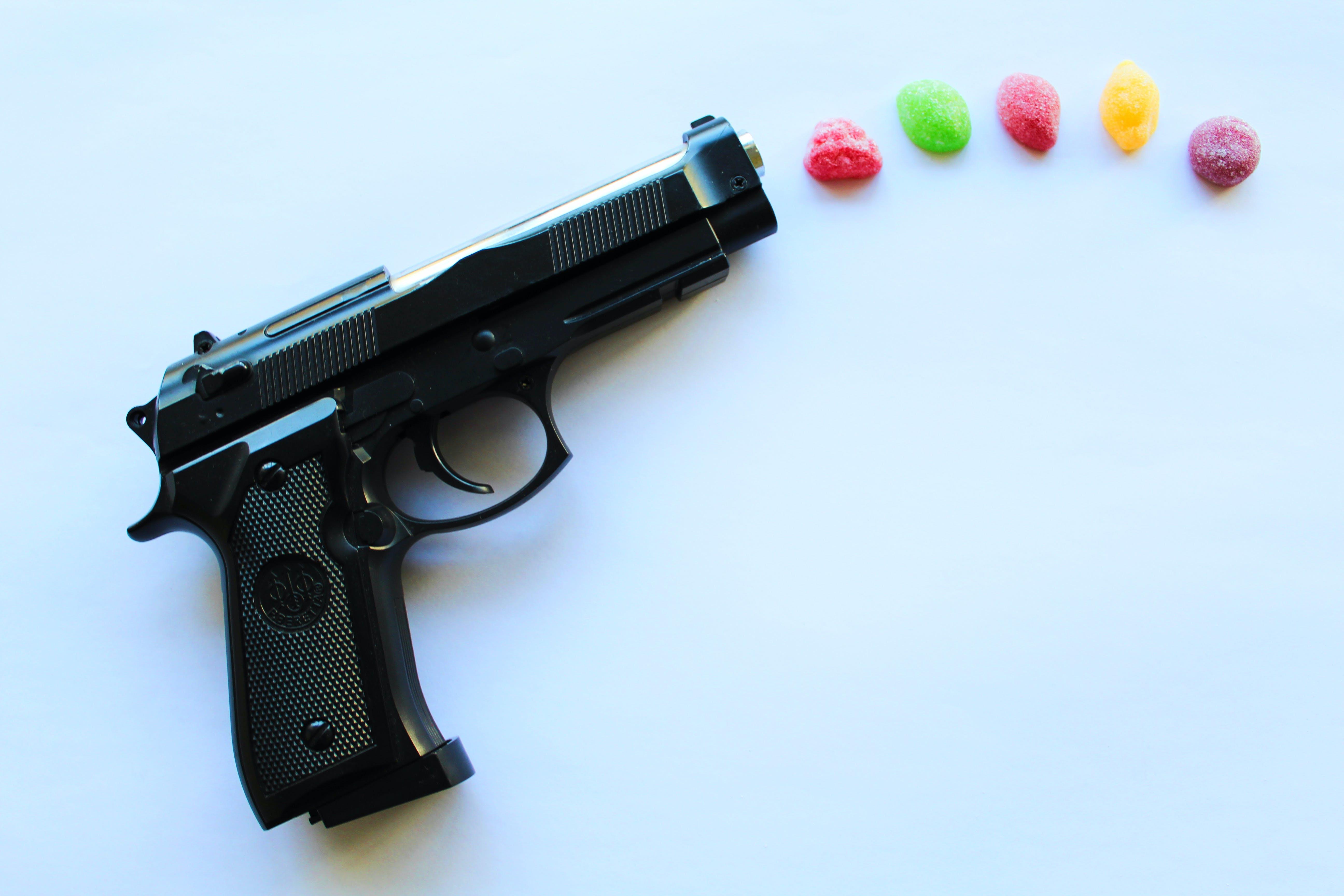 Kostenloses Stock Foto zu feuer, gewehre, helle farben, pistole
