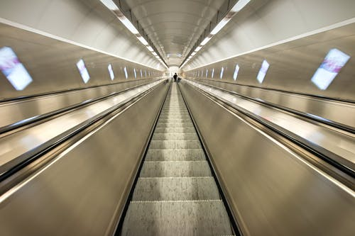 Foto d'estoc gratuïta de escala mecànica, metro, perspectiva, tub