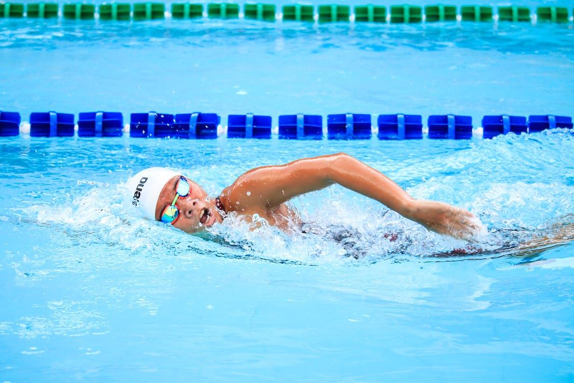 Persona Che Nuota Nel Corpo D'acqua