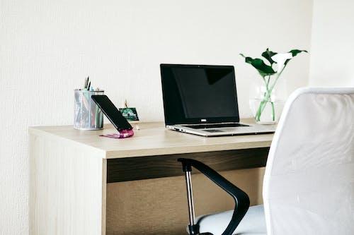Foto profissional grátis de abajur, apartamento, assento, balcão