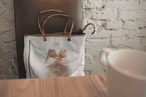 室內, 手提包, 杯子, 牆壁 的 免费素材照片