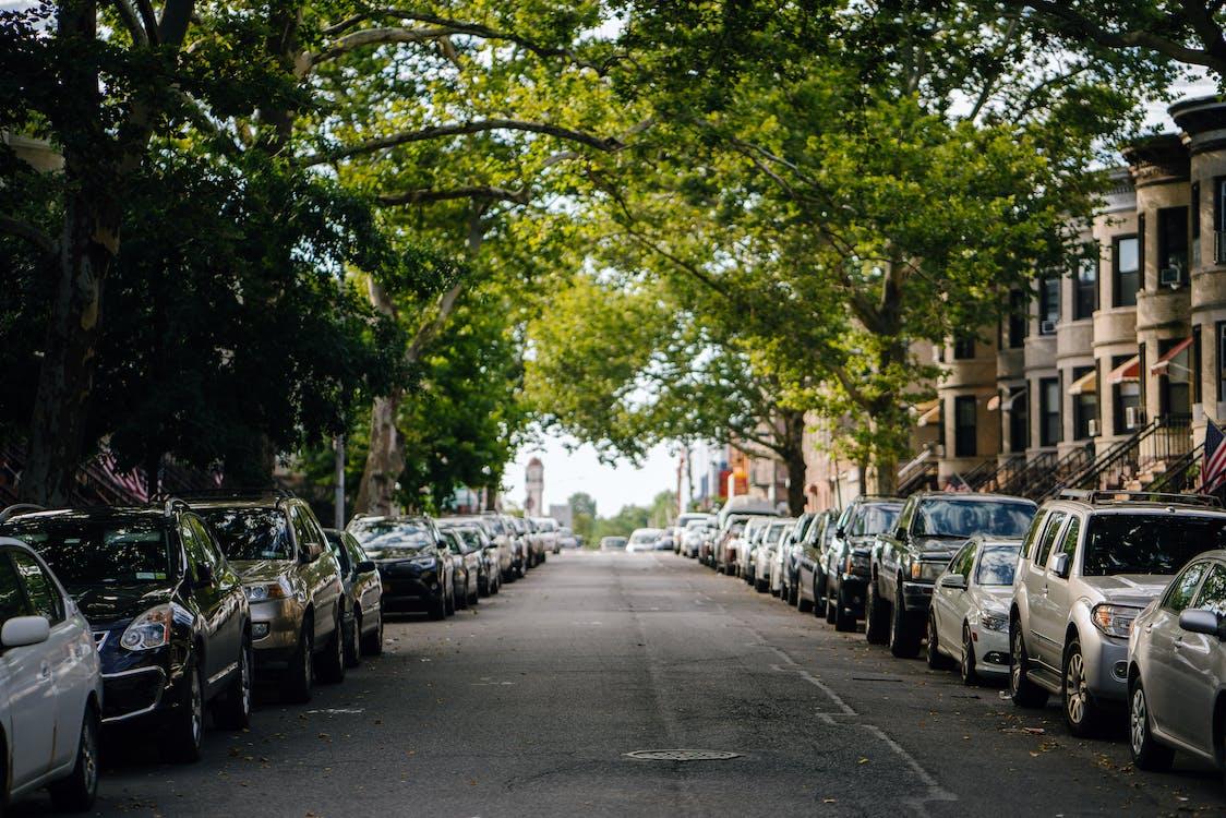 Foto Di Auto Parcheggiate Lungo La Strada