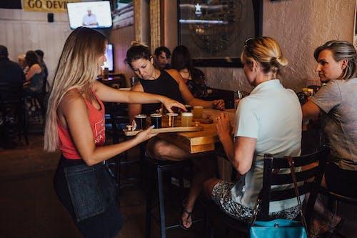 人, 伺服器, 啤酒, 女性 的 免費圖庫相片