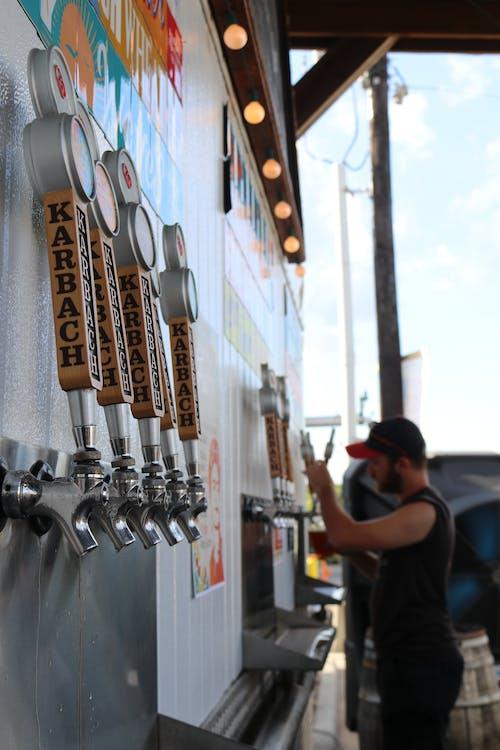 Fotos de stock gratuitas de acción, adentro, al aire libre, cerveza