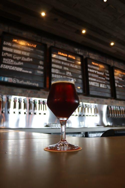 Kostenloses Stock Foto zu alkoholisches getränk, aufnahme von unten, bar, bier