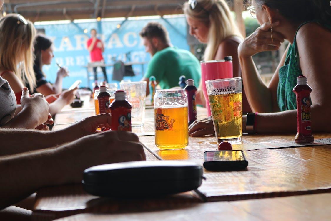 alkoholické nápoje, bar, drevený stôl
