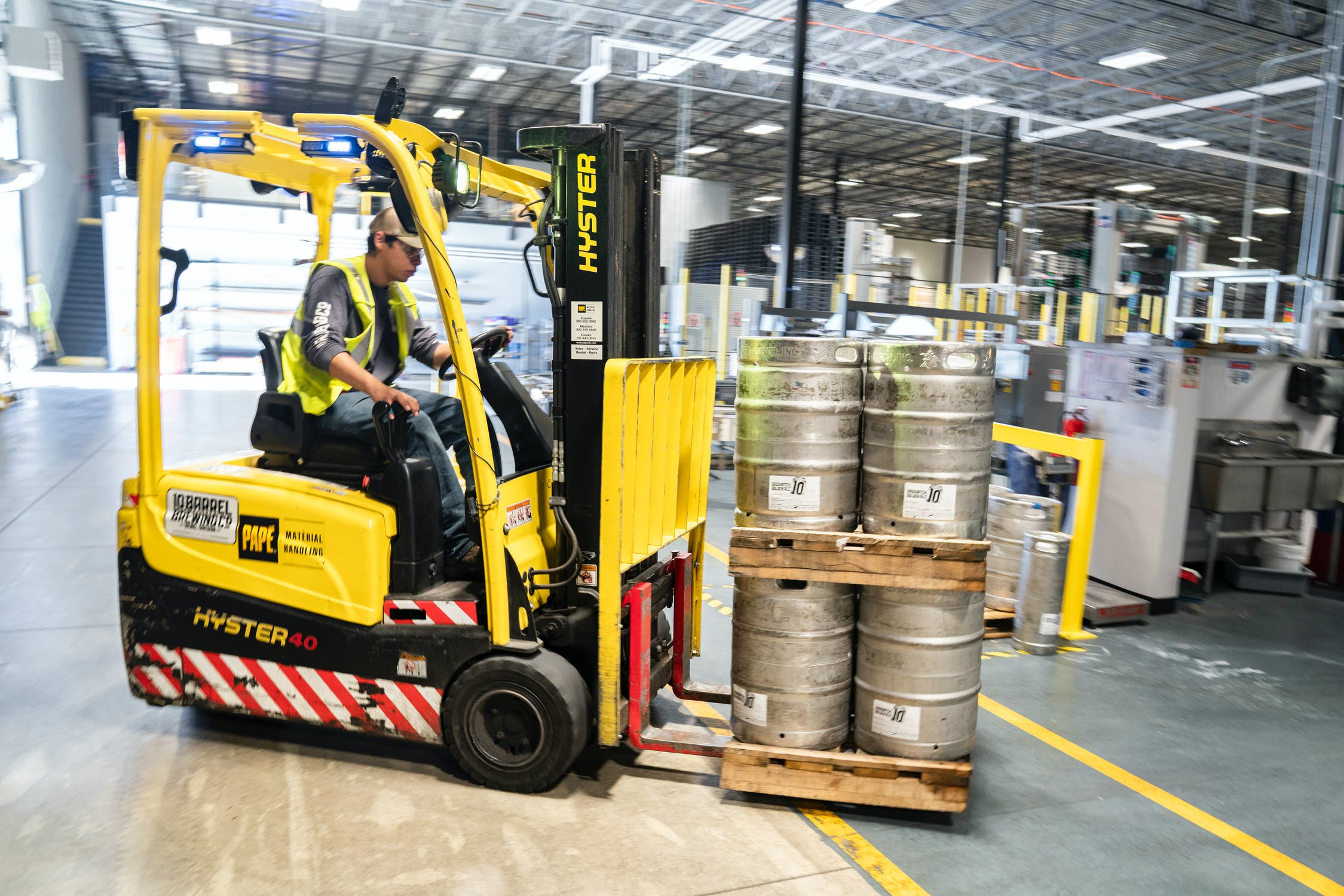 Gabelstapler mit Tonnen in einer Produktionsstätte