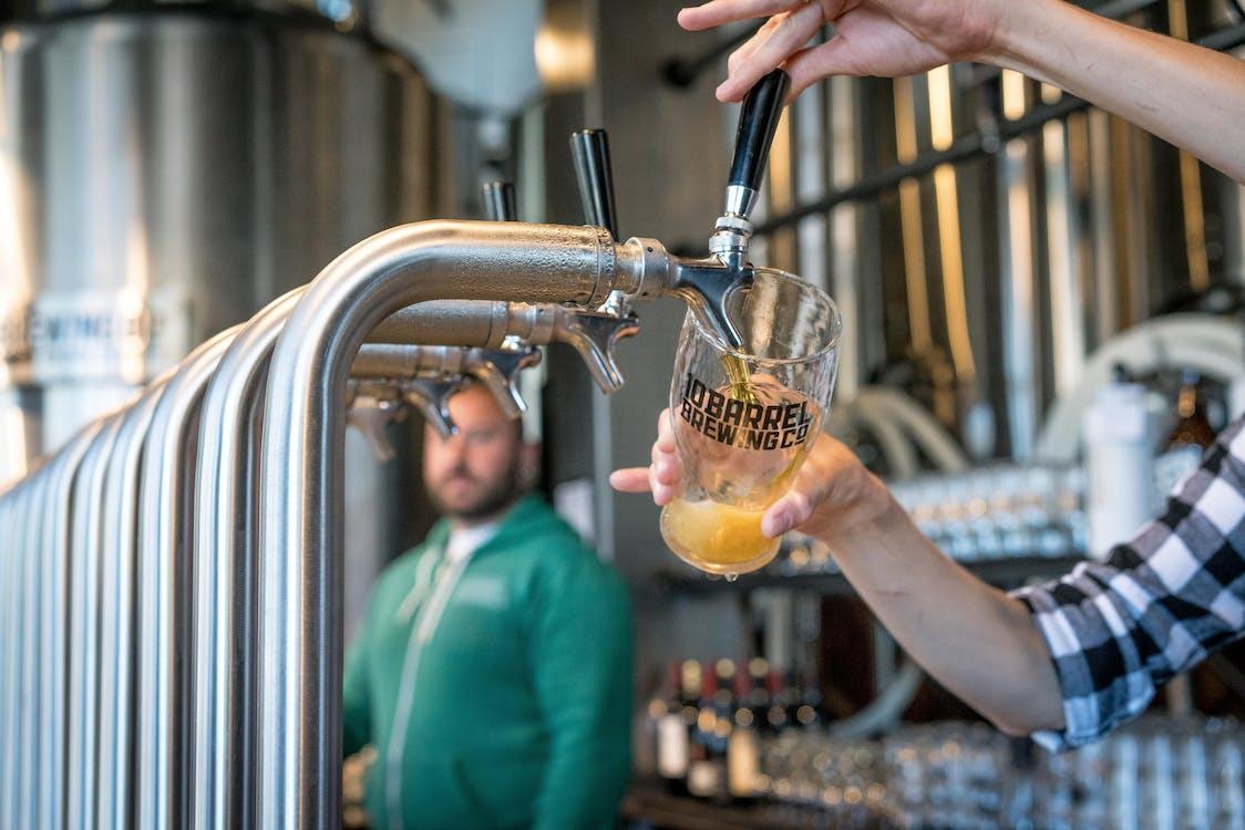 Pessoa Enchendo Copo De Bebida Com Cerveja Na Torneira