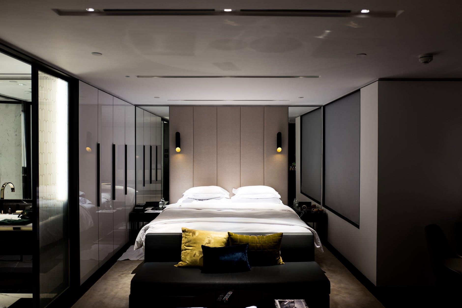 drewno, lampy, łóżko