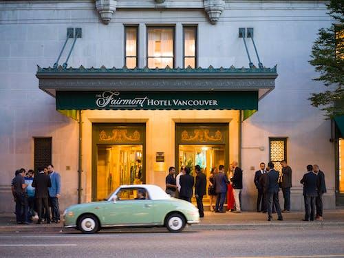 Бесплатное стоковое фото с автомобиль, архитектура, гостиница, дорога