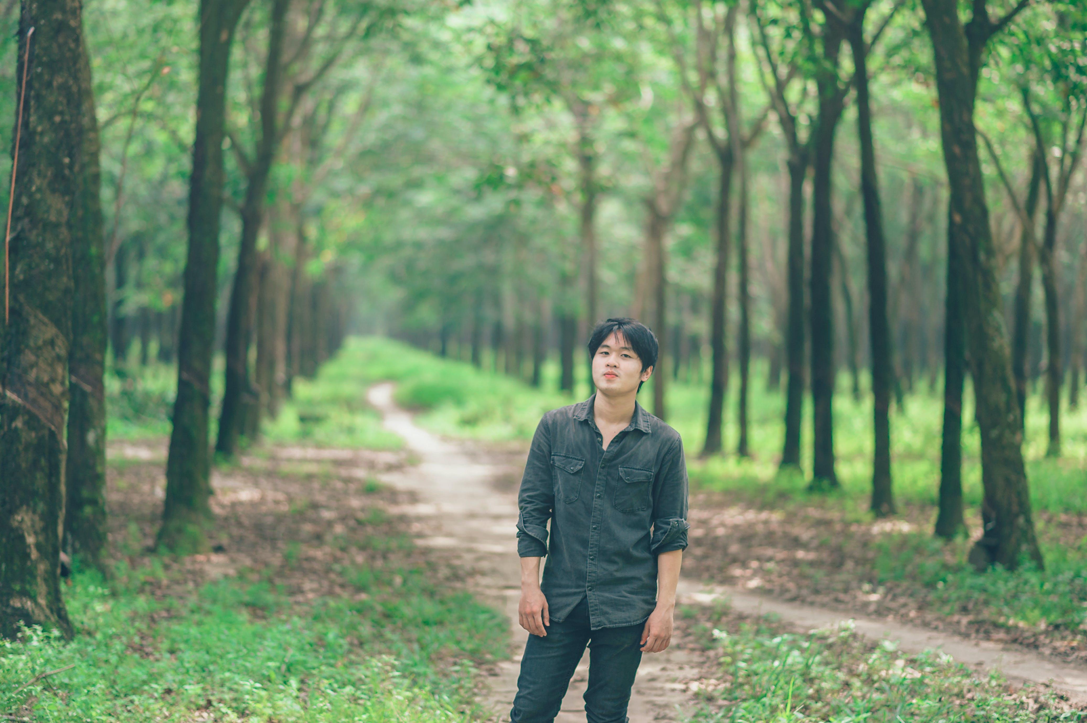 Безкоштовне стокове фото на тему «азіатський чоловік, людина, носити, парк»