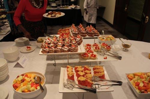 Fotos de stock gratuitas de cena, comedor, mesa de postres, pastel